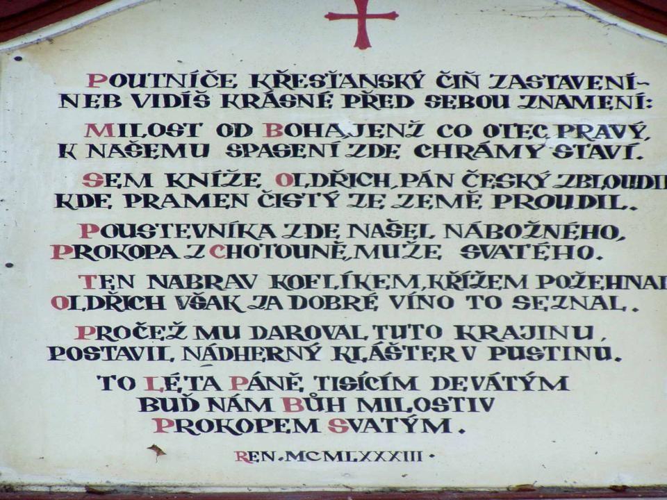 Pozorně si přečti nápis na kapličce u studánky