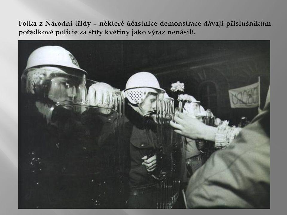Fotka z Národní třídy – některé účastnice demonstrace dávají příslušníkům pořádkové policie za štíty květiny jako výraz nenásilí.