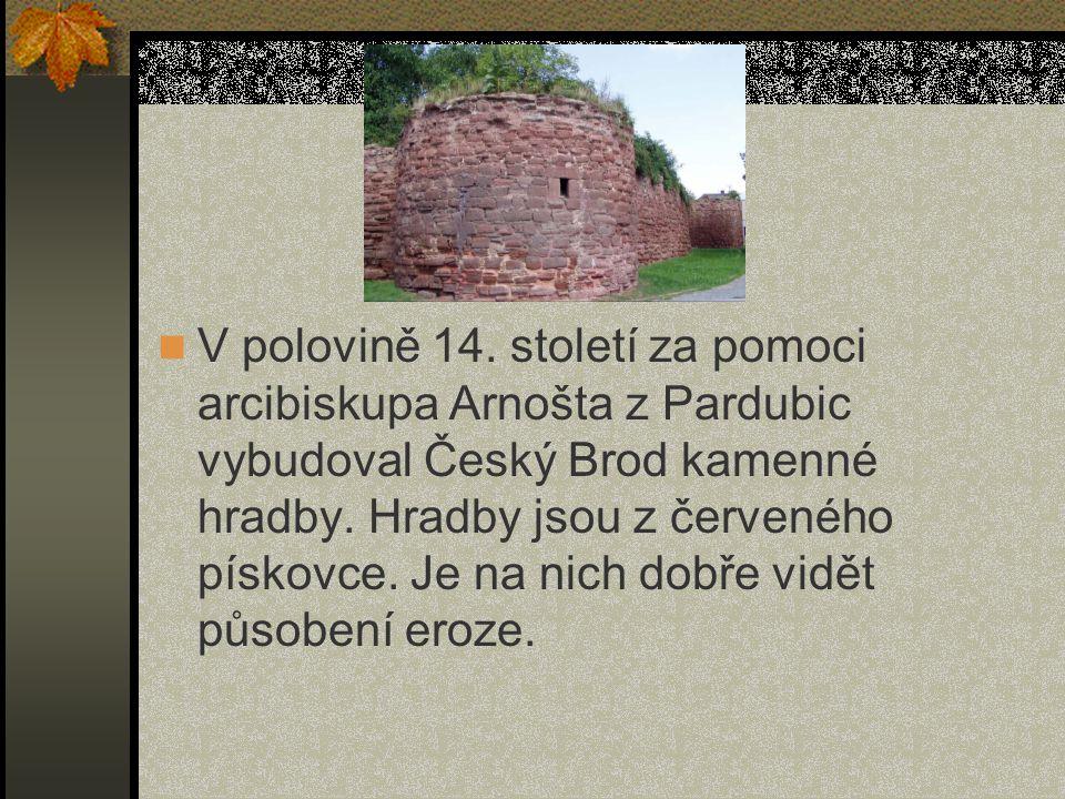 V polovině 14. století za pomoci arcibiskupa Arnošta z Pardubic vybudoval Český Brod kamenné hradby. Hradby jsou z červeného pískovce. Je na nich dobř