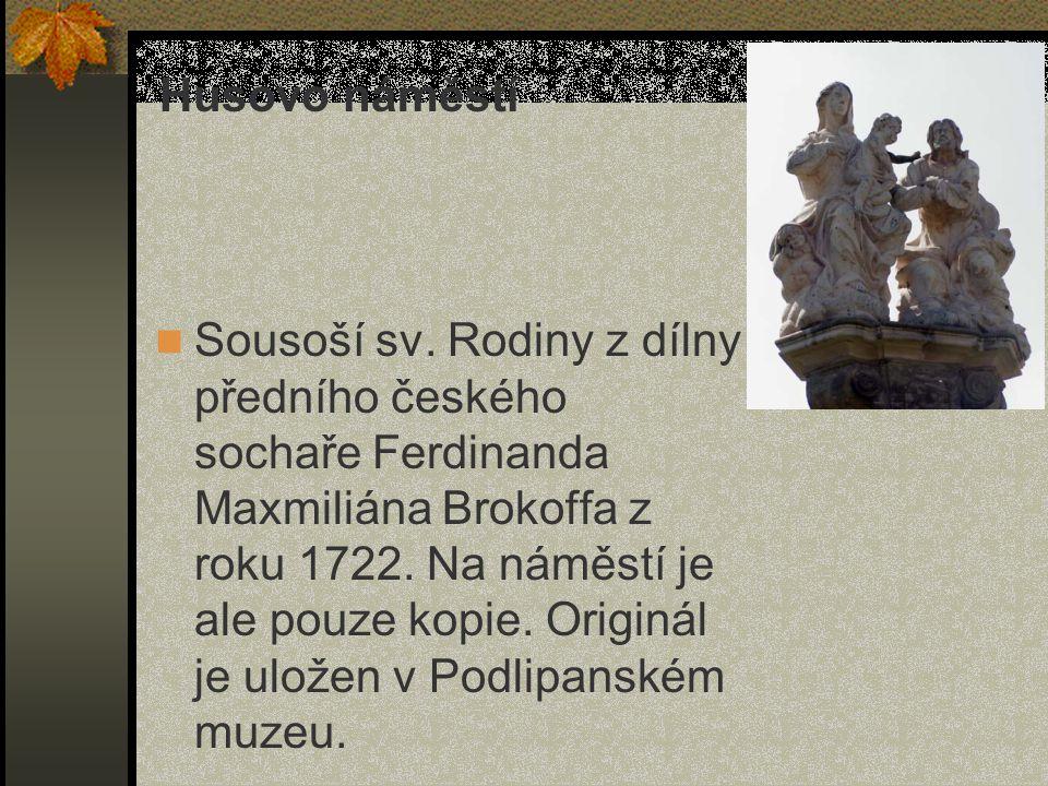 Sousoší sv. Rodiny z dílny předního českého sochaře Ferdinanda Maxmiliána Brokoffa z roku 1722. Na náměstí je ale pouze kopie. Originál je uložen v Po