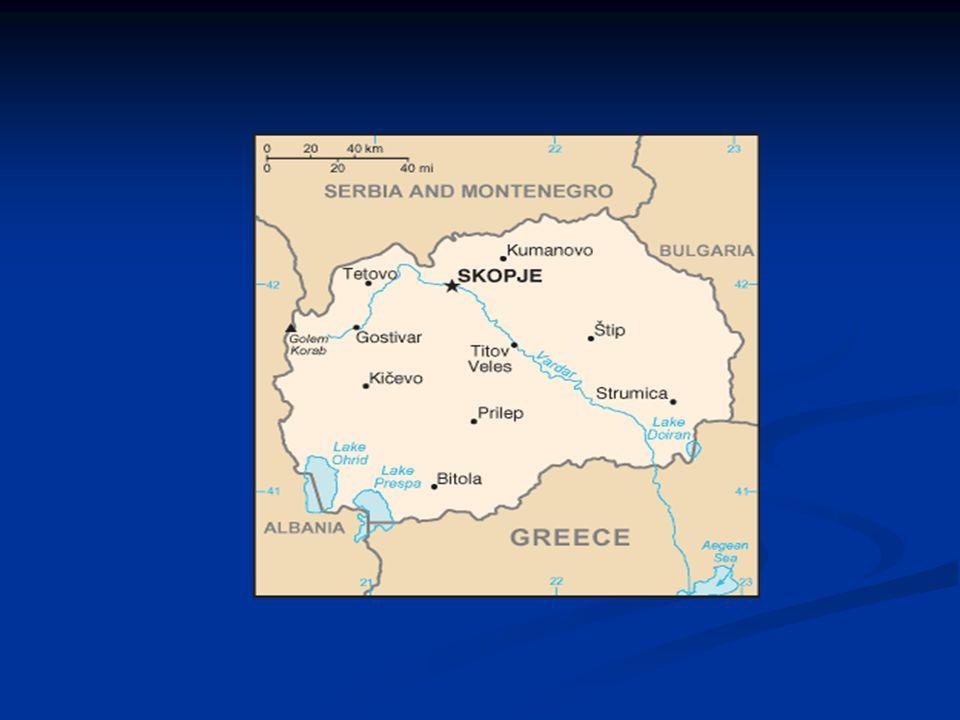 Obecně Oficiální název: Makedonská republika Oficiální název: Makedonská republika Úřední jazyk: makedonština Úřední jazyk: makedonština Gramotnost: 89,4% Gramotnost: 89,4% Sousedé: Srbsko, Bulharsko, Řecko, Albánie Sousedé: Srbsko, Bulharsko, Řecko, Albánie Hlavní město: Skopje (450 000 ob.) Hlavní město: Skopje (450 000 ob.) Rozloha: 25 713 km² Rozloha: 25 713 km² Nejvyšší bod: Korab (2 764 m n.