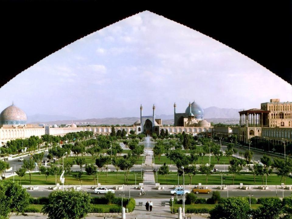ISFAHÁN Isfahán localizada a 340 km al sur de Teherán, es la capital de la Provincia de Isfahán y la tercera ciudad más grande de Irán (después de Teherán y Mashhad).