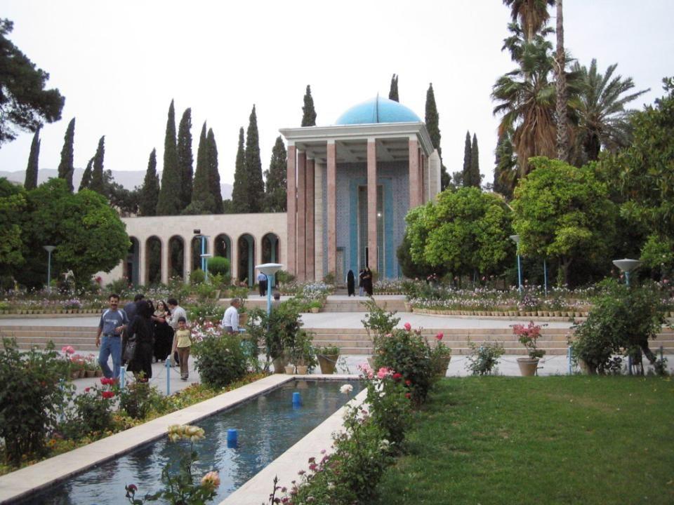 SHIRAZ Shirāz es una ciudad localizada al suroeste de Irán, capital de la provincia de Fars.