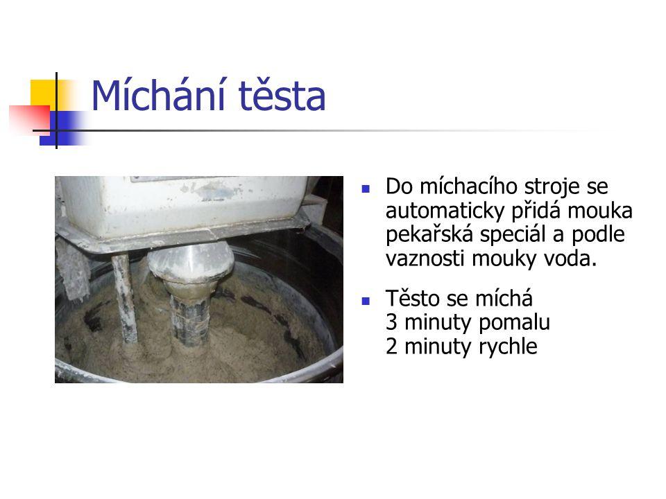 Míchání těsta Do míchacího stroje se automaticky přidá mouka pekařská speciál a podle vaznosti mouky voda. Těsto se míchá 3 minuty pomalu 2 minuty ryc