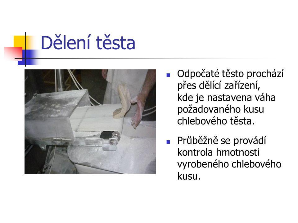 Dělení těsta Odpočaté těsto prochází přes dělící zařízení, kde je nastavena váha požadovaného kusu chlebového těsta. Průběžně se provádí kontrola hmot