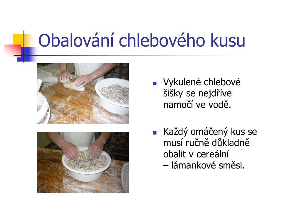 Obalování chlebového kusu Vykulené chlebové šišky se nejdříve namočí ve vodě. Každý omáčený kus se musí ručně důkladně obalit v cereální – lámankové s