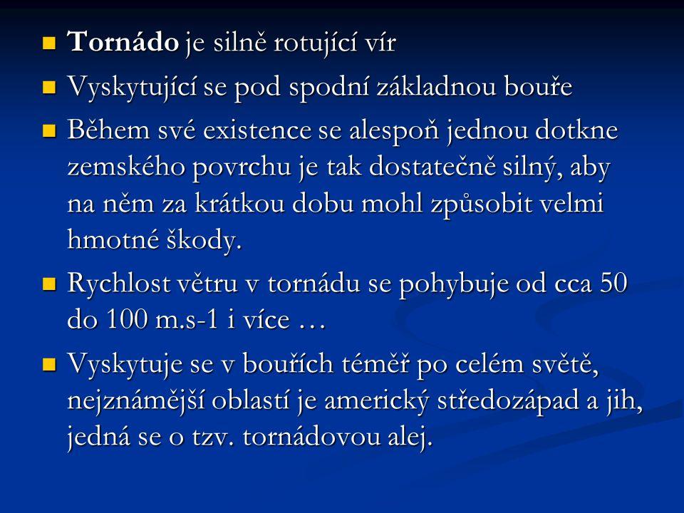 Tornádo je silně rotující vír Tornádo je silně rotující vír Vyskytující se pod spodní základnou bouře Vyskytující se pod spodní základnou bouře Během