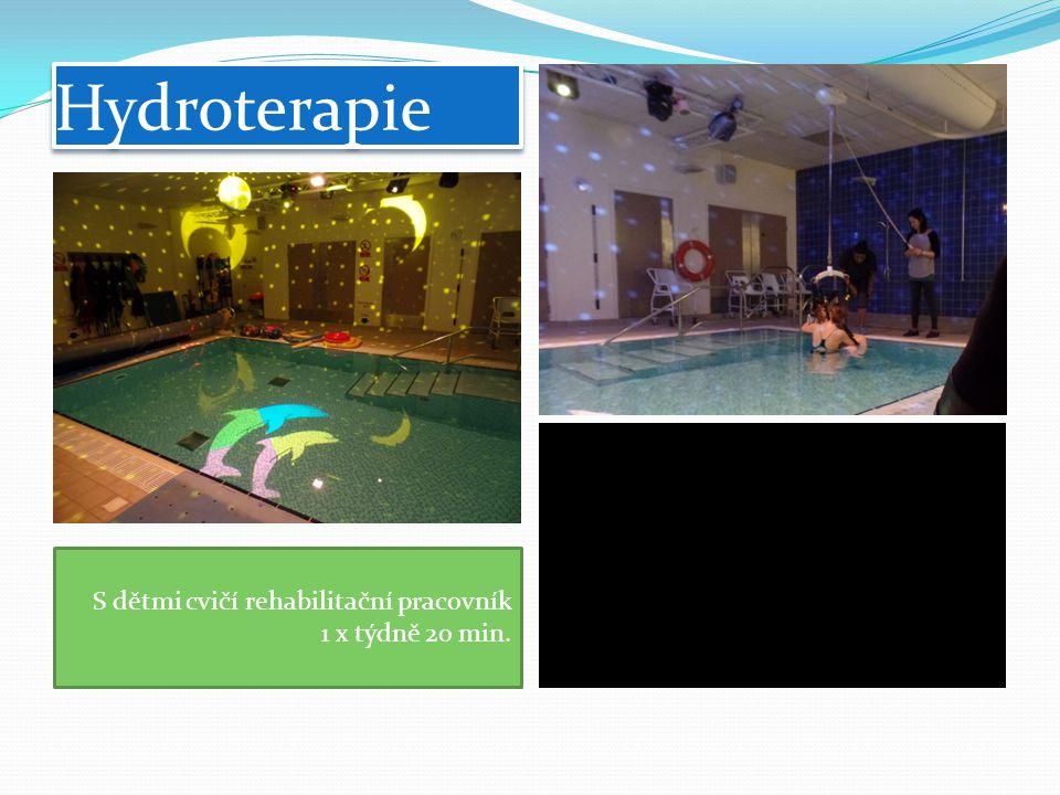 Hydroterapie S dětmi cvičí rehabilitační pracovník 1 x týdně 20 min.
