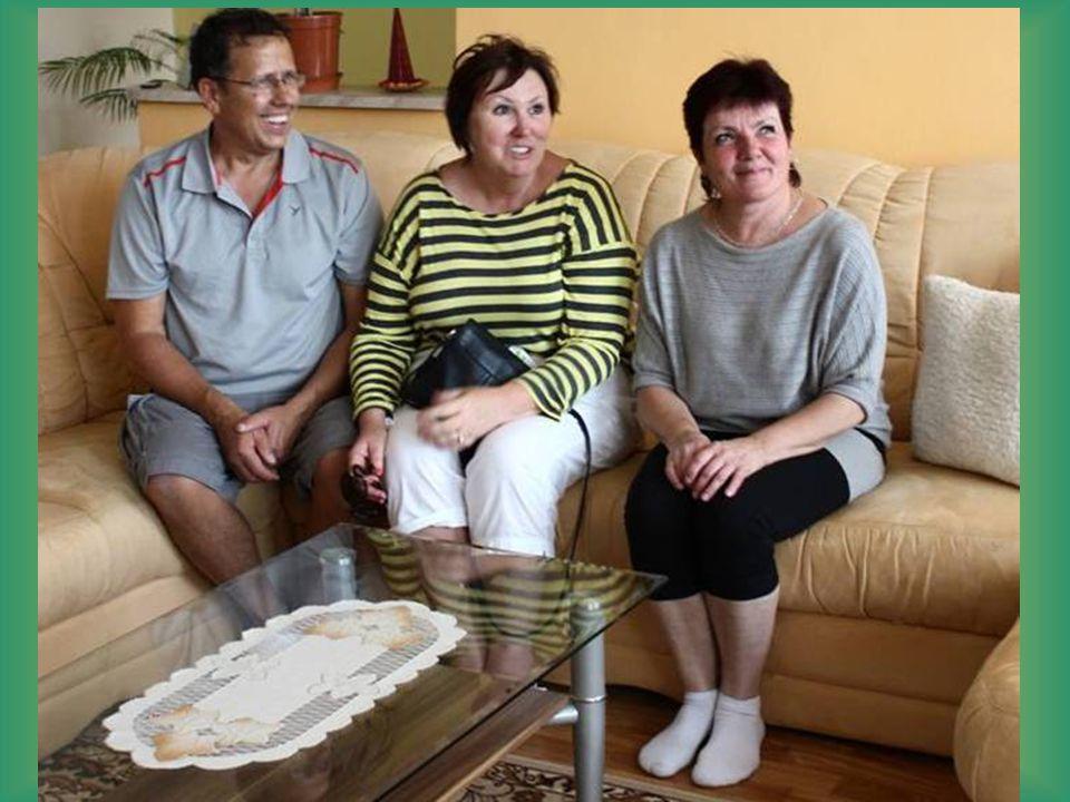 """V bývalé hospodě """"U Žáčků , Ronny, Vicki a paní Pařilová-Žáčková. Je vidět velká podoba obou dam"""