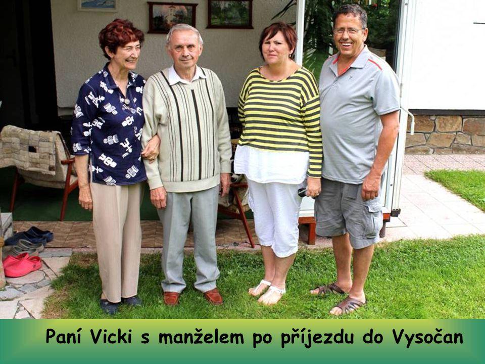 Paní Vicki s manželem u svého domu v Kalifornii