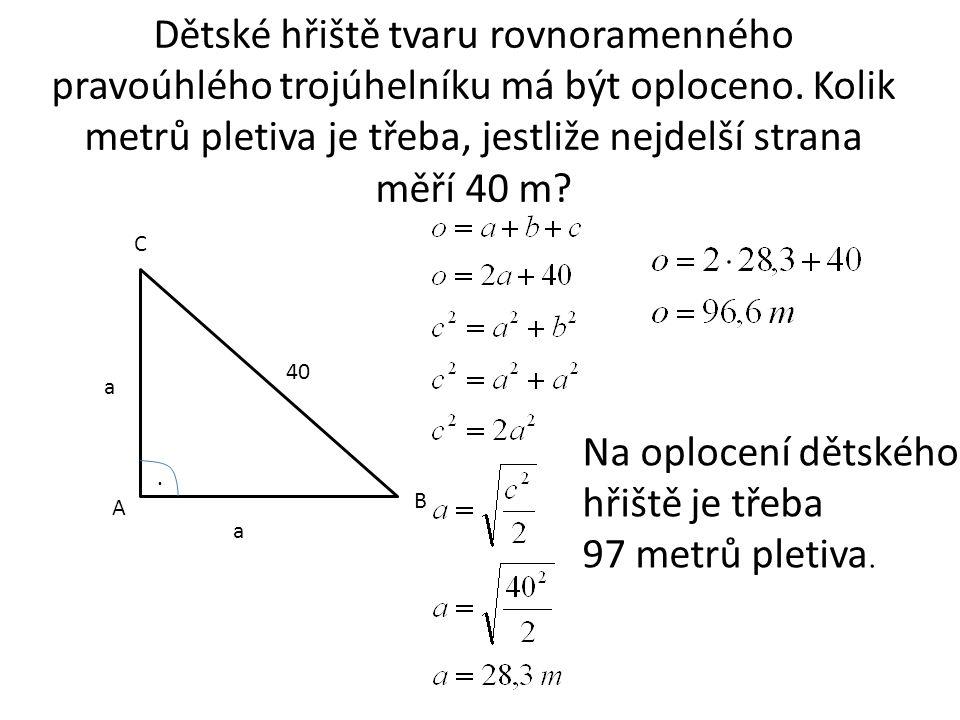Dětské hřiště tvaru rovnoramenného pravoúhlého trojúhelníku má být oploceno.