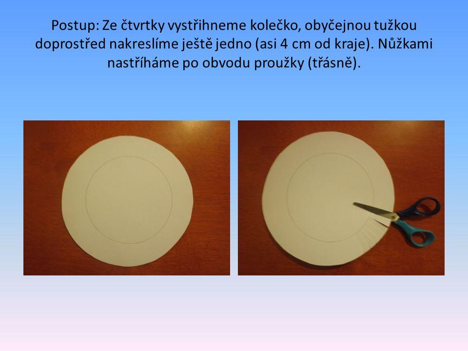 Postup: Ze čtvrtky vystřihneme kolečko, obyčejnou tužkou doprostřed nakreslíme ještě jedno (asi 4 cm od kraje). Nůžkami nastříháme po obvodu proužky (