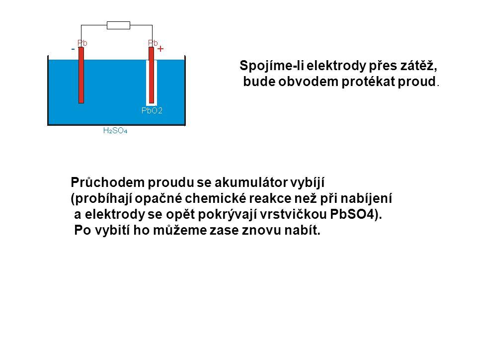Spojíme-li elektrody přes zátěž, bude obvodem protékat proud. Průchodem proudu se akumulátor vybíjí (probíhají opačné chemické reakce než při nabíjení