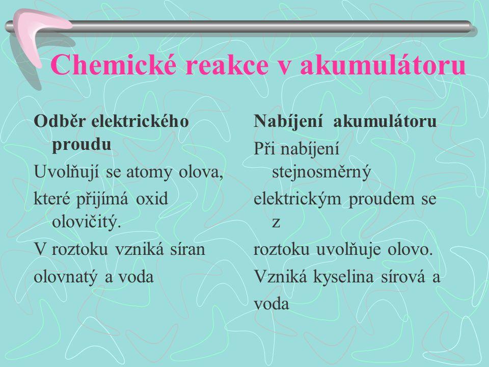 Chemické reakce v akumulátoru Odběr elektrického proudu Uvolňují se atomy olova, které přijímá oxid olovičitý.