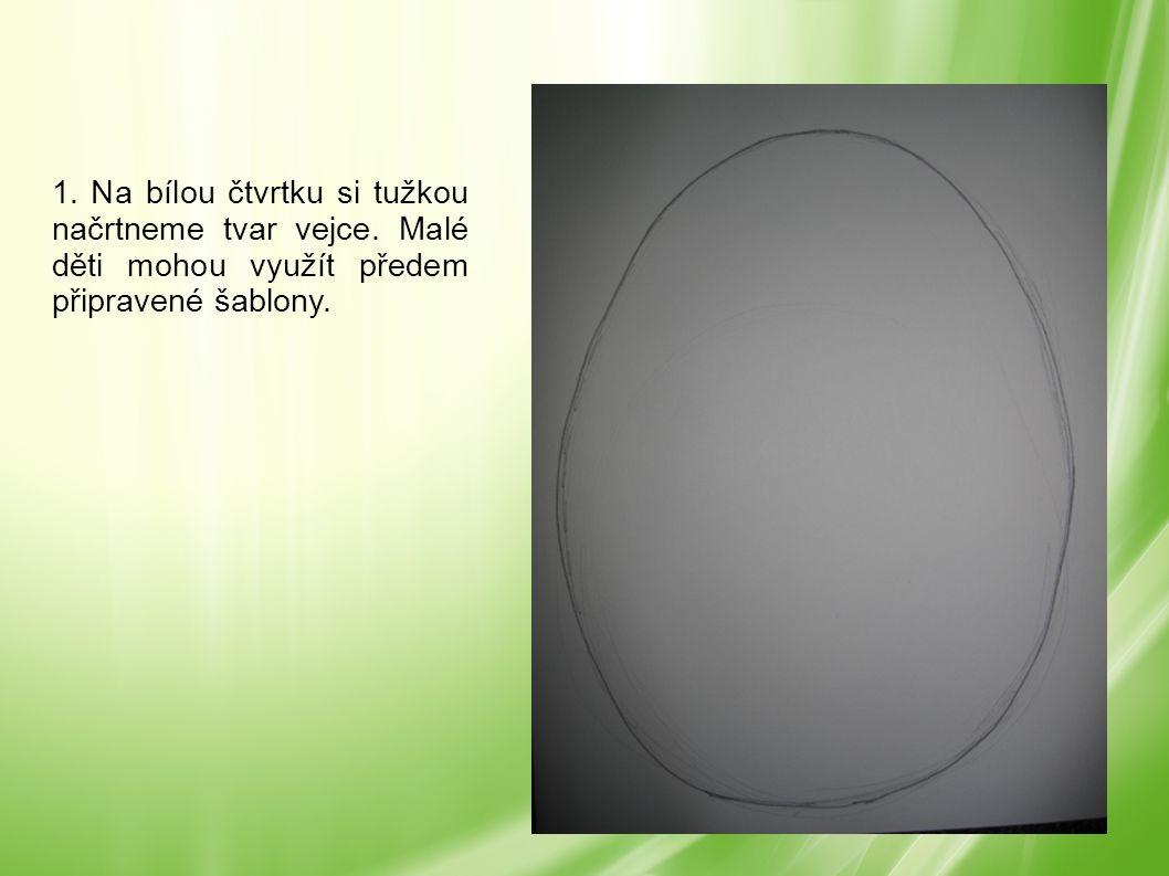 1. Na bílou čtvrtku si tužkou načrtneme tvar vejce. Malé děti mohou využít předem připravené šablony.