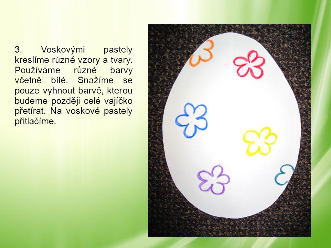 3. Voskovými pastely kreslíme různé vzory a tvary. Používáme různé barvy včetně bílé. Snažíme se pouze vyhnout barvě, kterou budeme později celé vajíč