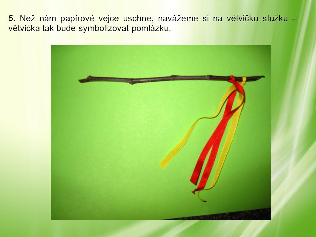5. Než nám papírové vejce uschne, navážeme si na větvičku stužku – větvička tak bude symbolizovat pomlázku.