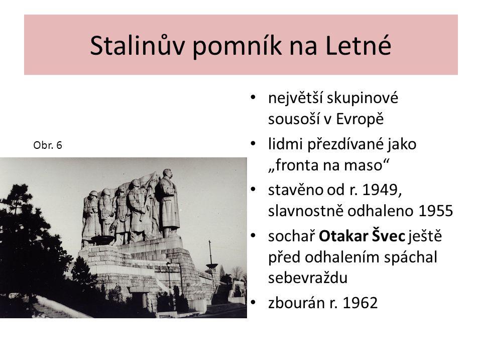 """Stalinův pomník na Letné největší skupinové sousoší v Evropě lidmi přezdívané jako """"fronta na maso"""" stavěno od r. 1949, slavnostně odhaleno 1955 socha"""