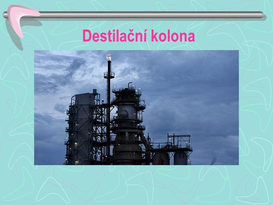 Destilace za atmosférického tlaku Plynné produkty – technické plyny (propan- butan) Benzín – palivo do zážehových motorů, rozpouštědlo, výroba barev a laků Petrolej – palivo proudových a tryskových motorů, rozpouštědlo Plynový olej – ve směsi s petrolejem se nazývá motorová nafta, topná nafta v průmyslu a domácnostech Mazut – topení a další zpracování