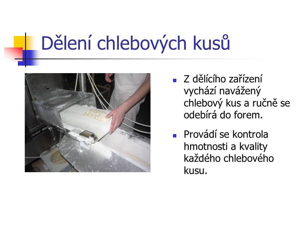 Dělení chlebových kusů Z dělícího zařízení vychází navážený chlebový kus a ručně se odebírá do forem.