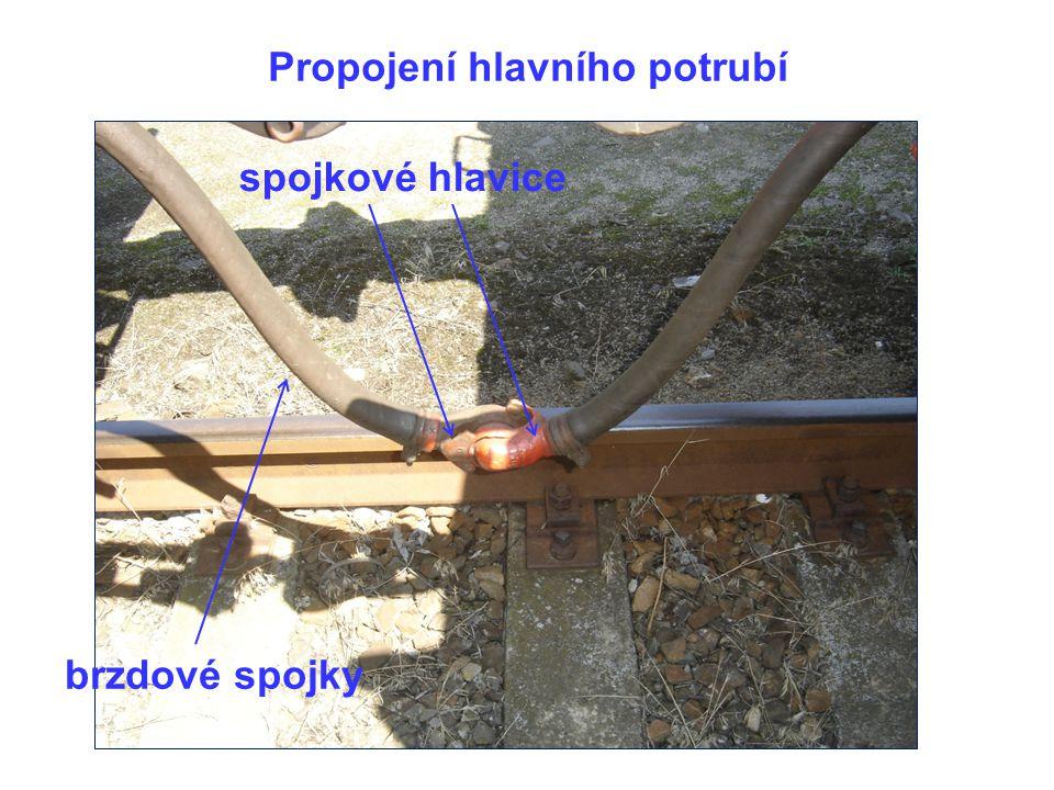 Propojení hlavního potrubí brzdové spojky spojkové hlavice