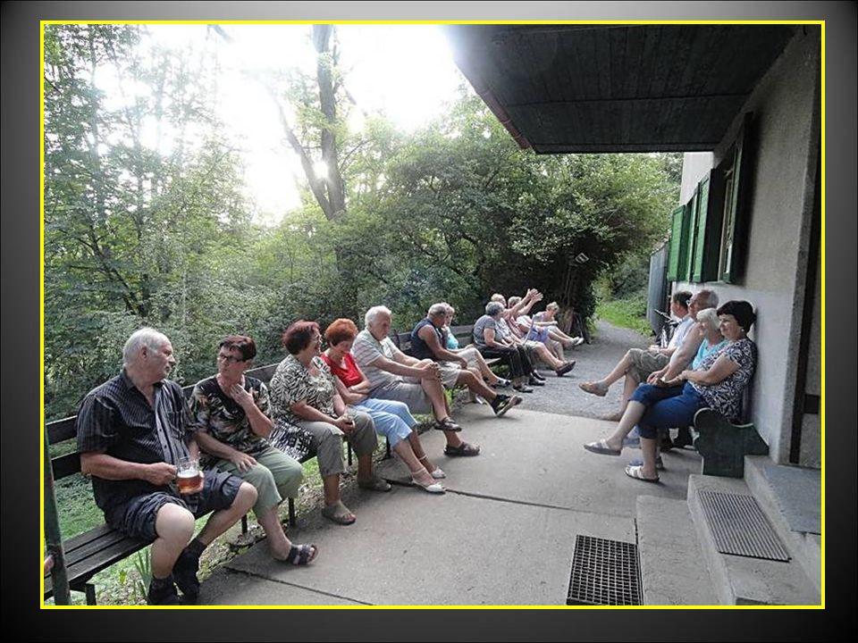 Po dobrém občerstvení někteří senioři dali přednost posezení pod stříškou MYSLIVNY