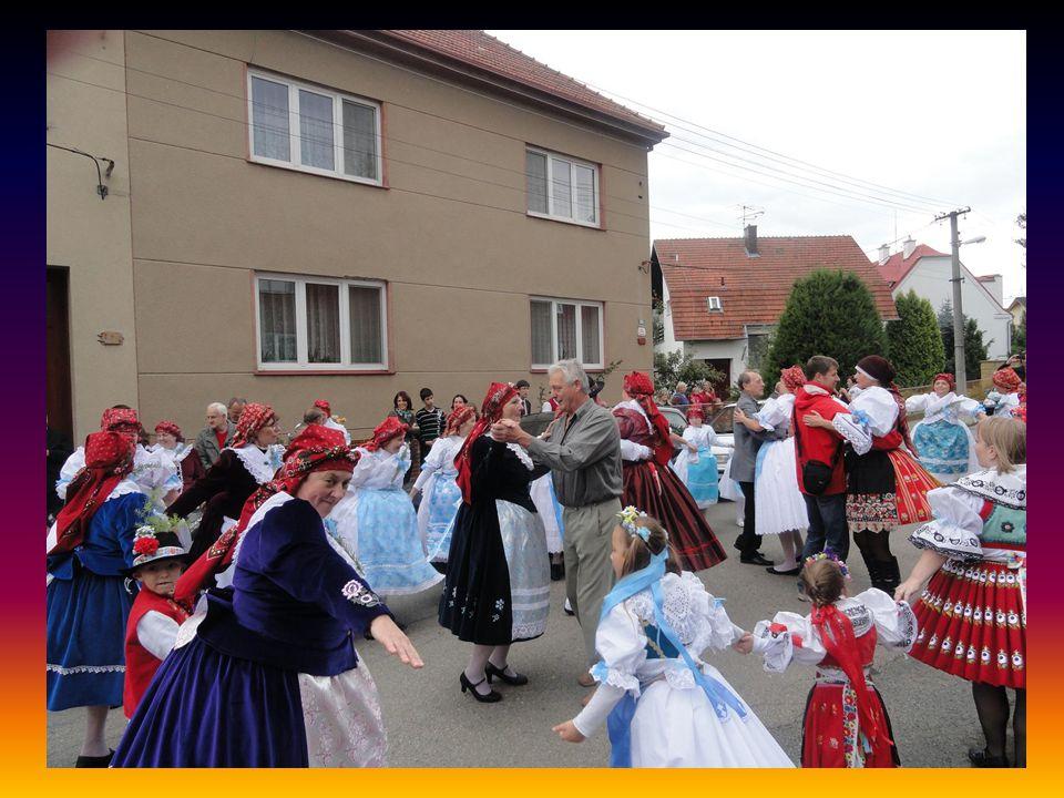 Průvod stárků se př e m í sťuje - odchází k druhému zastavení do ulice Ostopovické