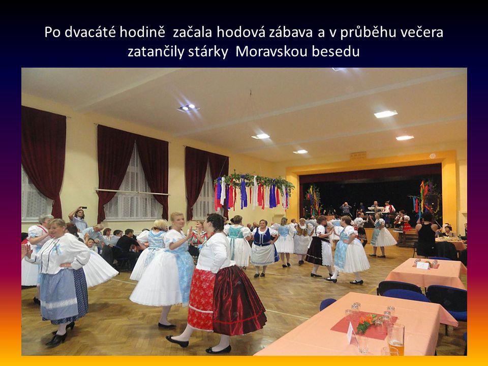 Průvod stárek s hudebním doprovodem a s občany se vydal k dalším několika zastavením…..