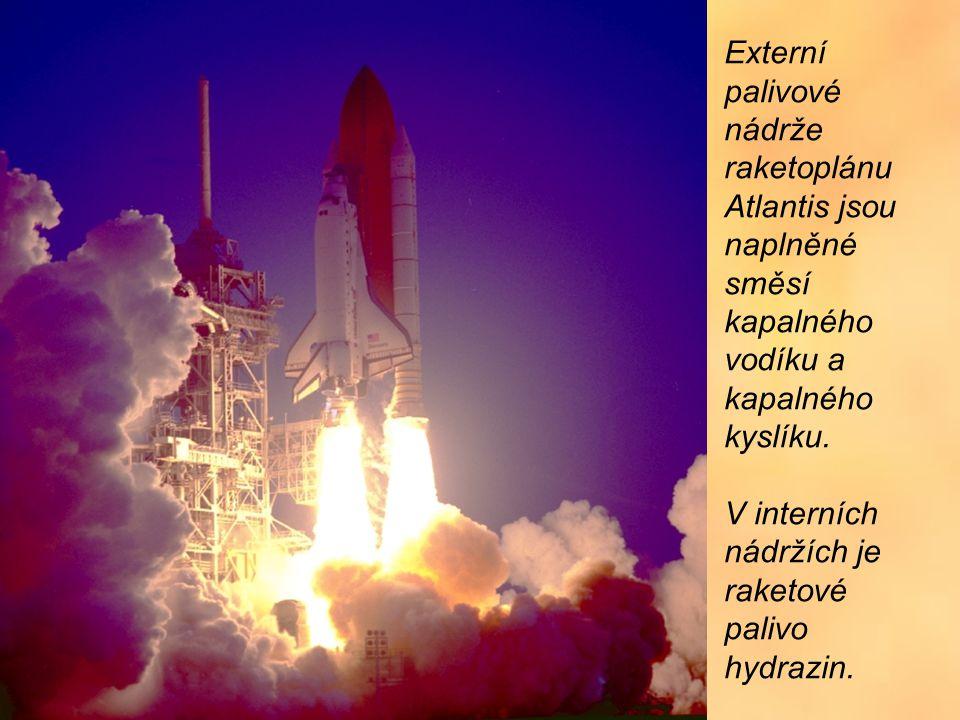 Externí palivové nádrže raketoplánu Atlantis jsou naplněné směsí kapalného vodíku a kapalného kyslíku.