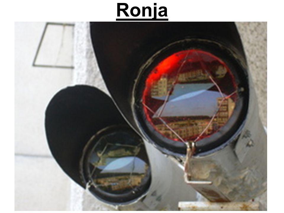 IrDA  InfraRed Data Association  Přenos pomocí infračerveného záření  Dosah až 1m (typicky 5-50 cm)  Rychlost  9.6 až 115.2 Kbps (dříve)  až 4 Mb/s (dnes)  Half-duplexní komunikace (střídání po max 500 ms)  primární zařízení udává časování a řídí komunikaci  sekundární se musí přizpůsobit