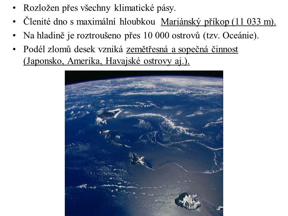 Rozložen přes všechny klimatické pásy. Členité dno s maximální hloubkou Mariánský příkop (11 033 m). Na hladině je roztroušeno přes 10 000 ostrovů (tz