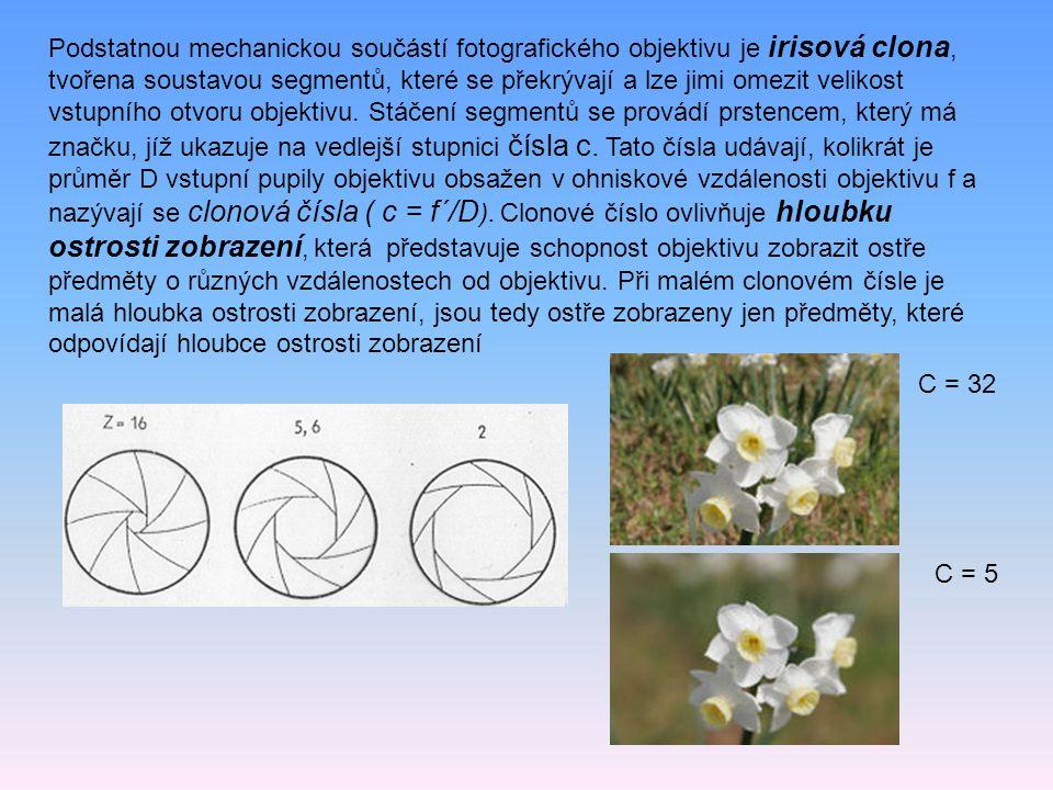 Podstatnou mechanickou součástí fotografického objektivu je irisová clona, tvořena soustavou segmentů, které se překrývají a lze jimi omezit velikost