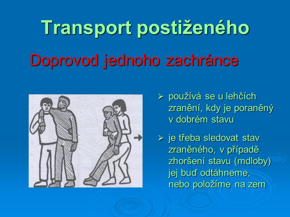 Transport postiženého Doprovod jednoho zachránce  používá se u lehčích zranění, kdy je poraněný v dobrém stavu  je třeba sledovat stav zraněného, v