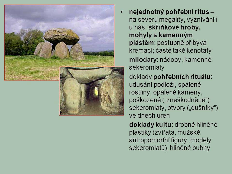"""nejednotný pohřební ritus – na severu megality, vyznívání i u nás: skříňkové hroby, mohyly s kamenným pláštěm; postupně přibývá kremací; časté také kenotafy milodary: nádoby, kamenné sekeromlaty doklady pohřebních rituálů: udusání podloží, spálené rostliny, opálené kameny, poškozené (""""zneškodněné ) sekeromlaty, otvory (""""dušníky ) ve dnech uren doklady kultu: drobné hliněné plastiky (zvířata, mužské antropomorfní figury, modely sekeromlatů), hliněné bubny"""
