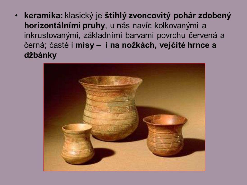 keramika: klasický je štíhlý zvoncovitý pohár zdobený horizontálními pruhy, u nás navíc kolkovanými a inkrustovanými, základními barvami povrchu červená a černá; časté i mísy – i na nožkách, vejčité hrnce a džbánky