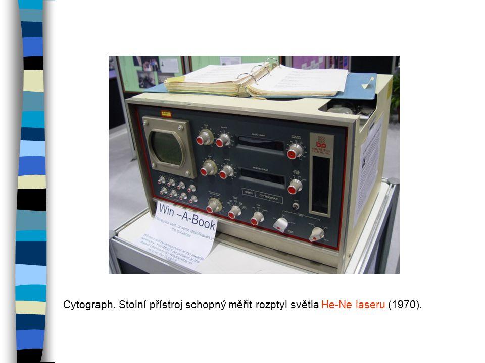Cytograph. Stolní přístroj schopný měřit rozptyl světla He-Ne laseru (1970).