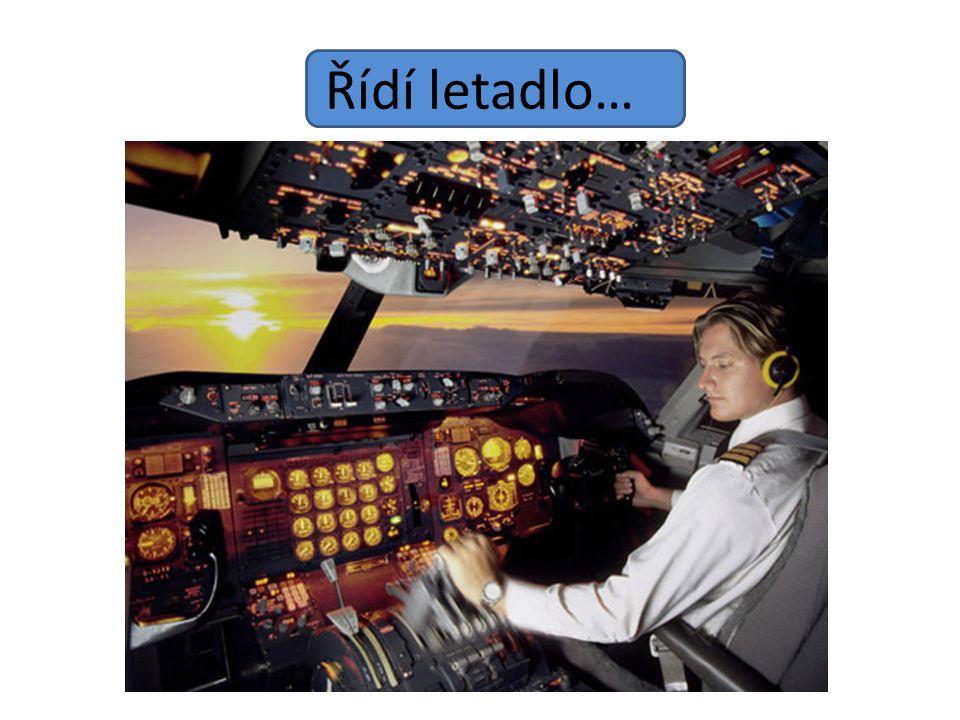 Řídí letadlo…