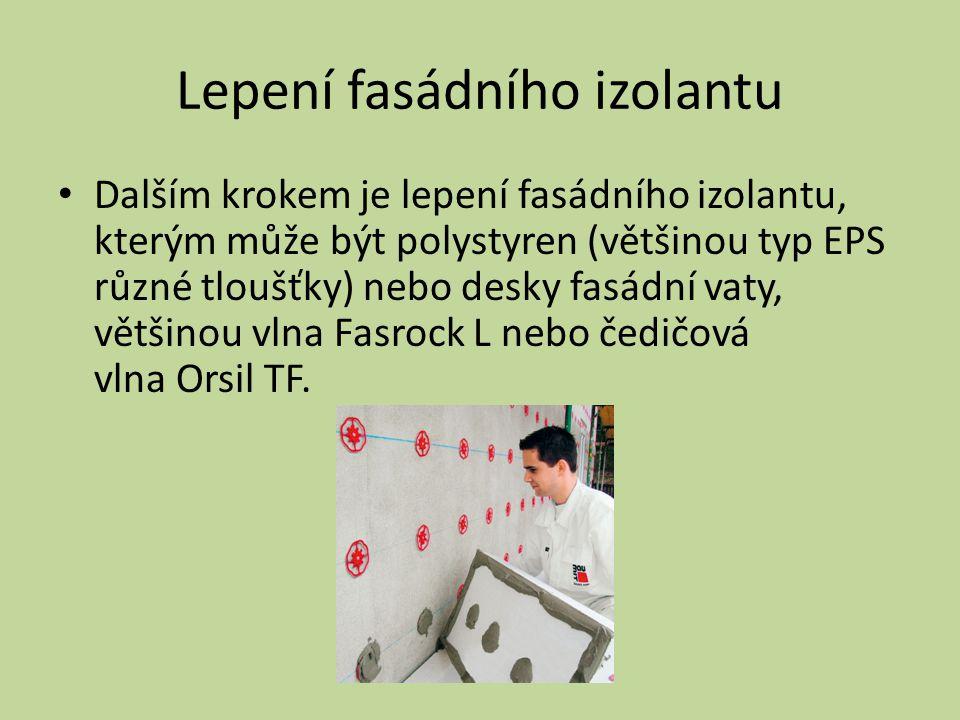 Lepení fasádního izolantu Dalším krokem je lepení fasádního izolantu, kterým může být polystyren (většinou typ EPS různé tloušťky) nebo desky fasádní vaty, většinou vlna Fasrock L nebo čedičová vlna Orsil TF.