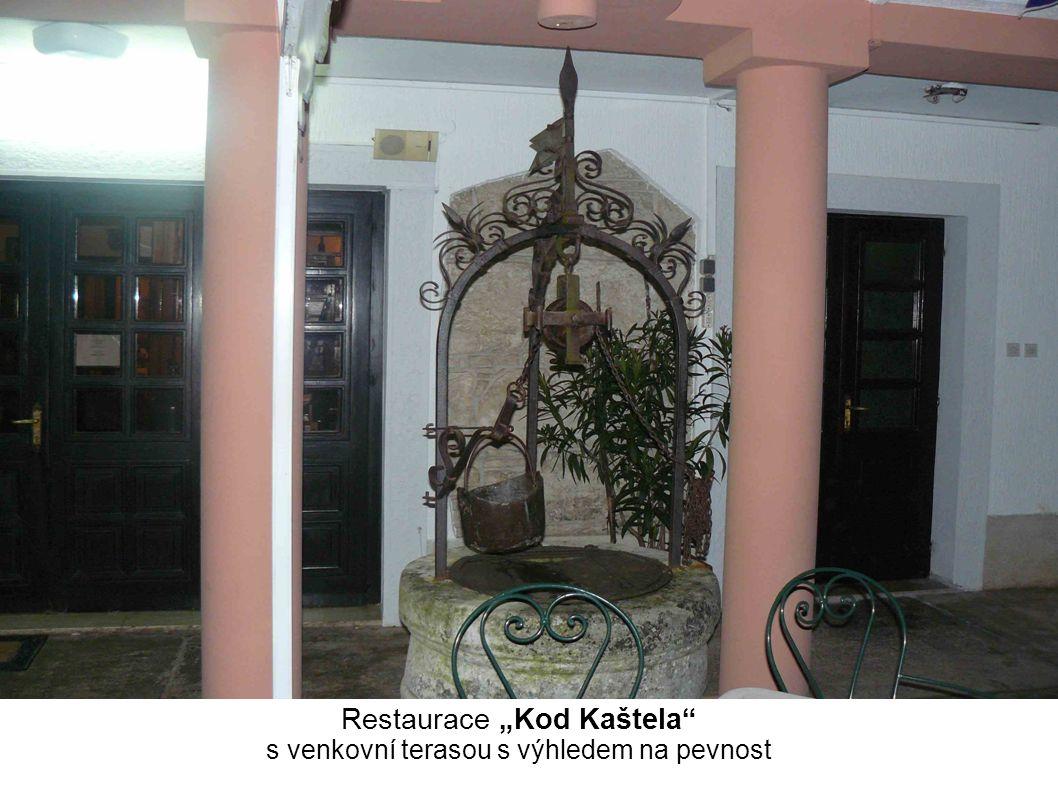 """Restaurace """"Kod Kaštela s venkovní terasou s výhledem na pevnost"""