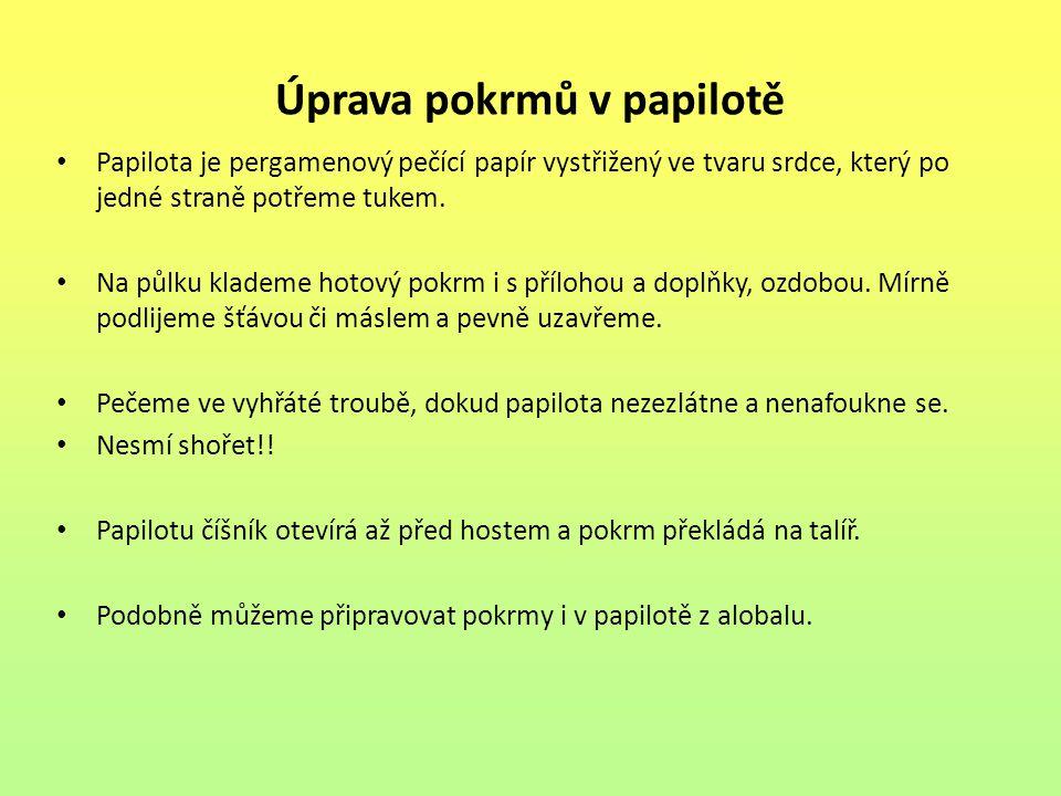 Úprava pokrmů v papilotě Papilota je pergamenový pečící papír vystřižený ve tvaru srdce, který po jedné straně potřeme tukem. Na půlku klademe hotový