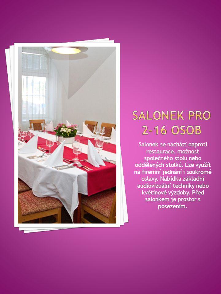 Salonek se nachází naproti restaurace, možnost společného stolu nebo oddělených stolků.