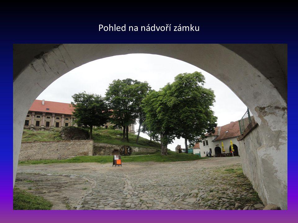 Další snímek vstupu na zámek