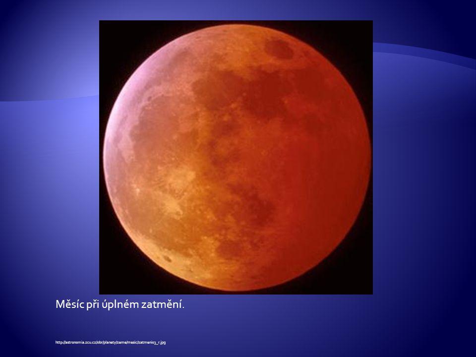 Měsíc při úplném zatmění. http://astronomia.zcu.cz/obr/planety/zeme/mesic/zatmeni03_r.jpg