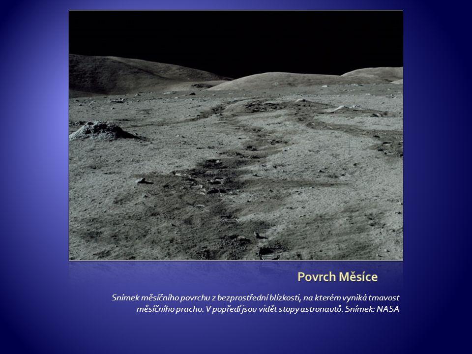 Snímek měsíčního povrchu z bezprostřední blízkosti, na kterém vyniká tmavost měsíčního prachu. V popředí jsou vidět stopy astronautů. Snímek: NASA