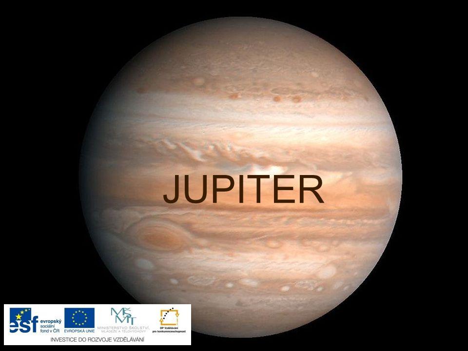 """Jupiter je největší planeta sluneční soustavy je tvořen stlačenými plyny (nemá pevný povrch) barevné pásy a skvrny vytvořila oblaka (obklopuje ho hustý obal z plynů) má slabý prachový prstenec má mnoho měsíců (více než 60) název dostal podle vládce římských bohů a pána nebes """"velká rudá skvrna = bouře trvající déle než 300 let"""