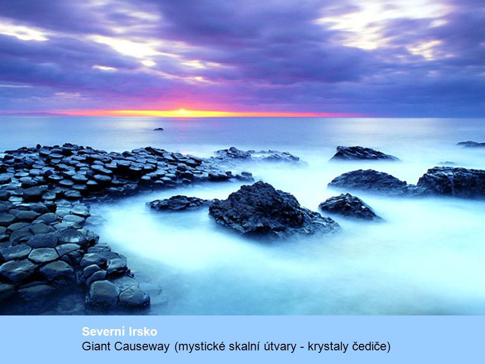 Severní Irsko Giant Causeway (mystické skalní útvary - krystaly čediče)