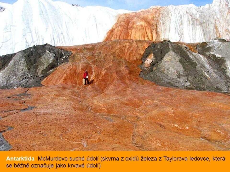Antarktida McMurdovo suché údolí (skvrna z oxidů železa z Taylorova ledovce, která se běžně označuje jako krvavé údolí)