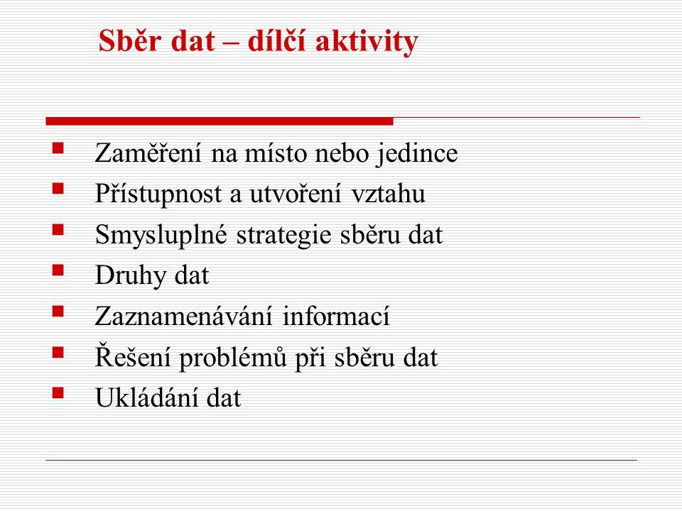 Zaměření na místo nebo jedince 1.Biografický výzkum (jedinec) 2.Fenomenologický výzkum (více jedinců sdílejících podobnou zkušenost) 3.Etnografická studie (příslušníci sdílející kulturu) 4.Případová studie (vymezený systém: proces, aktivita, událost, program, vícečetné studie) 5.Zakotvená teorie (více jedinců reagujících na jednání nebo participujících v procesech týkajících se centrálního jevu)