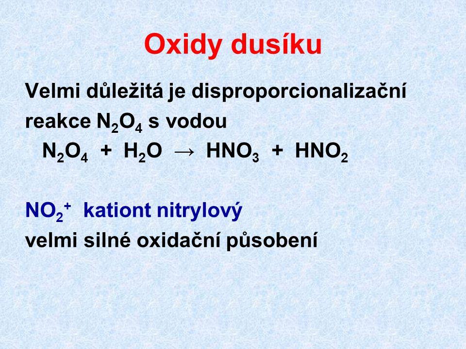 Oxidy dusíku Velmi důležitá je disproporcionalizační reakce N 2 O 4 s vodou N 2 O 4 + H 2 O → HNO 3 + HNO 2 NO 2 + kationt nitrylový velmi silné oxida