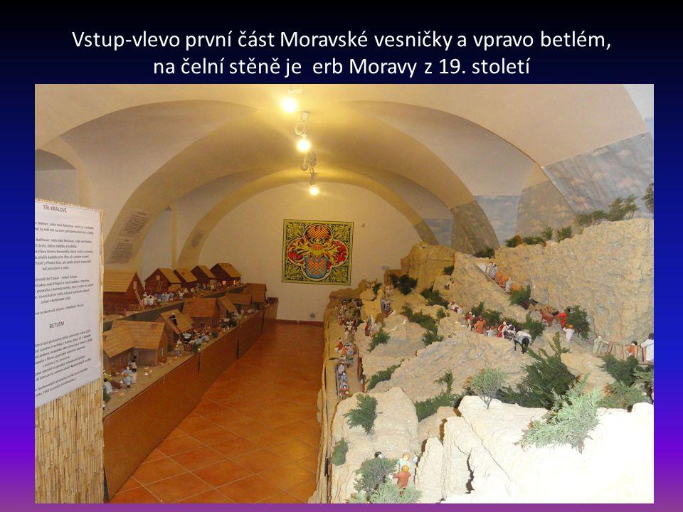 Nádvoří, kde je poutač ke vstupu na prohlídku Moravské vesničky a Betlému